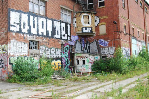 """""""Squat DB!"""" – Besetzt die DB! Die Aufforderung am ehemaligen Umspannwerk wurde in die Tat umgesetzt. Foto: privat"""