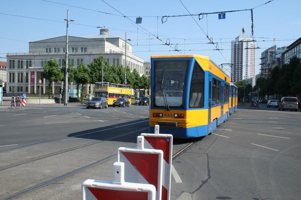 Die Absperrbaken am Augustusplatz stehen schon bereit. Foto: Ralf Julke