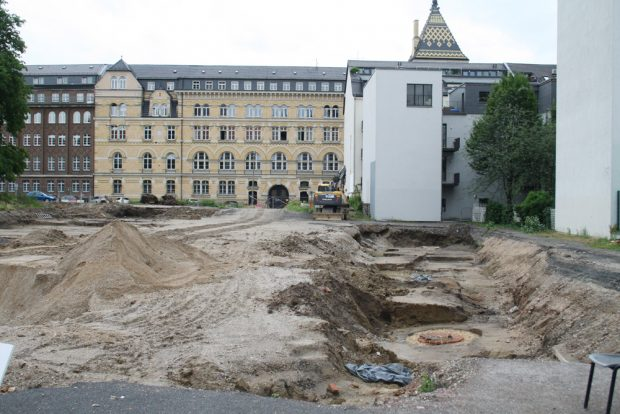 Blick über die Ausgrabungsfläche Richtung Dimitroffstraße alias Klitschergässchen. Foto: Ralf Julke