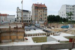 """Die große Baugrube für den neuen """"Thiemes Hof"""". Foto: Ralf Julke"""
