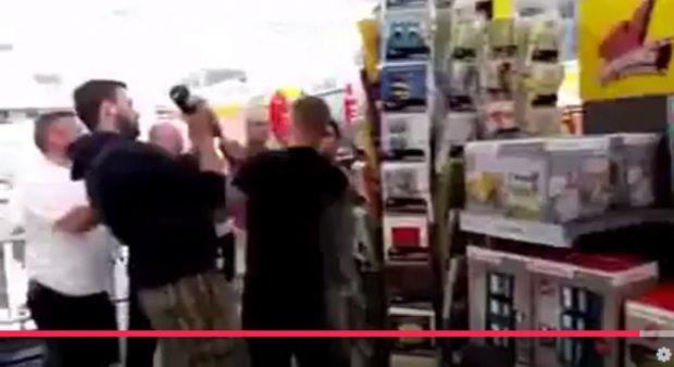 """Die """"Entwaffnung"""" des laut Polizei 21-jährigen Irakers durch die """"Bürgerwehr"""". Foto: Screen Video"""