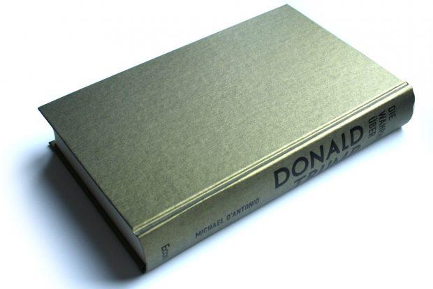 """Für einen Unersättlichen: """"Die Wahrheit über Donald Trump"""" in Gold. Foto: Ralf Julke"""