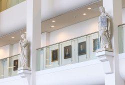 Die Professorengalerie auf der Empore im Neuen Augusteum. Foto: Swen Reichhold/Universität Leipzig