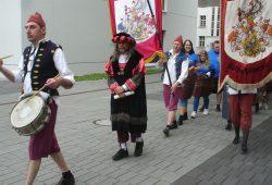 Der Gautschmeister (Prof. Michael Reiche, Mitte mit schwarz-roter Kopfbedeckung) und sein Gefolge auf dem Weg zur Prozedur. (Bild vom Gautschfest 2015). Foto: Heiko Tennert
