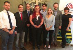 Von links nach rechts: Julien Wiesemann (25, Landesvorsitzender), Ronny Steinicke (20, Landesvorsitzender), Nick Tautermann (17, stellv. Landesvorsitzender), Judith Seifert (23, Beisitzer), Julian M. Wälder (20, Beisitzer), Melanie Bechstein (23, Beisitzer), Ralf Nahlob (35, Schatzmeister), Franziska Schreiber (25, stellv. Landesvorsitzender). Foto: JA Sachsen