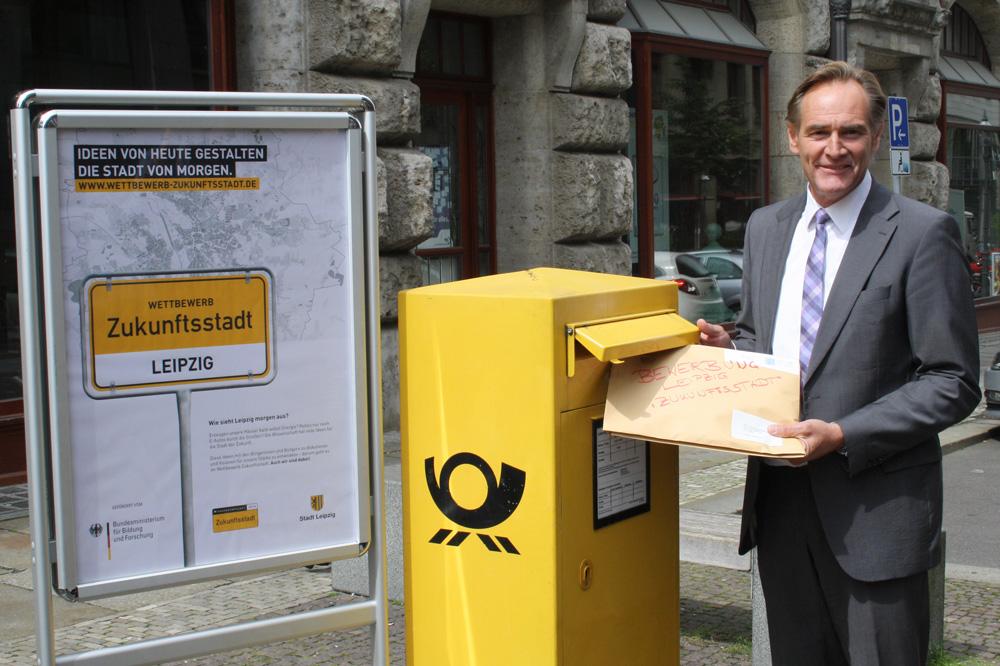 OB Jung wirft den Brief für die 2. Phase des Projekts Zukunftsstadt ein. Foto: Ralf Julke