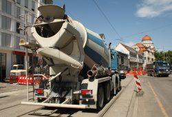Baufahrzeuge in der Karl-Liebknecht-Straße. Archivfoto: Ralf Julke