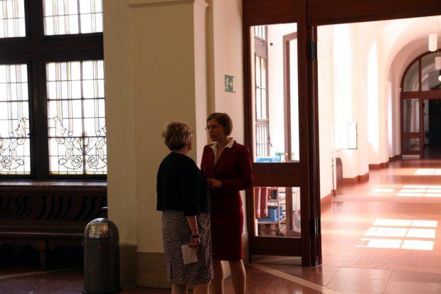 Das Warten auf die Wahlentscheidung. Margitta Hollick (Die Linke) und Skadi Jennicke in der oberen Wandelhalle. Foto: L-IZ.de