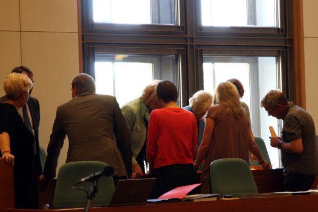 Mit Argusaugen beobachtet - die Auszählung der Stimmen bei der Dezernentenwahl. Foto: L-IZ.de