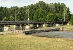 Vom Hochwasser 2013 gezeichnet: die Müllbergbrücke neben der Bahnbrücke. Foto: Ralf Julke