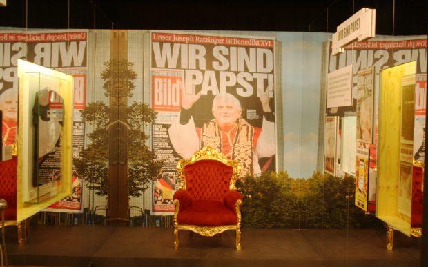 """Hat mal nicht geklappt: der """"Wir sind Papst!""""-Mythos à la """"Bild""""-Zeitung. Foto: Ralf Julke"""