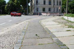 Ziemlich schmal und an dieser Stelle schlecht geflickt: Radweg an der Arno-Nitzsche-Straße. Foto: Ralf Julke