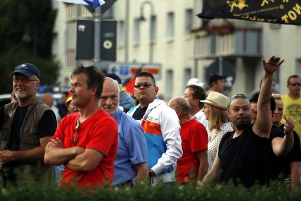 Immer nur gegen den Islam - Legida-Teilnehmern wie Alexander Kurth (m. Sonnenbrille) gefällt das nicht. Foto: L-IZ.de