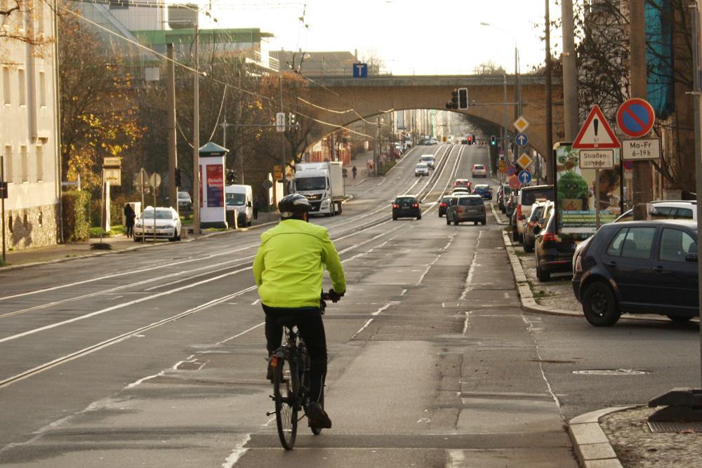 Blick von der Einmündung der Straße Am Zuckmantel zum Viadukt. Foto: Ralf Julke