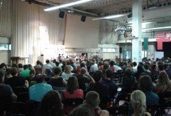 Mehrere hundert Menschen verfolgen die erste Veranstaltung. Foto: René Loch