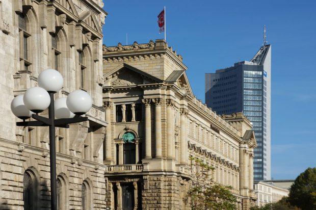 Historische und moderne Architektur im Fokus der Zeit - Ein zentrales Thema des Stadtrundgangs. Foto: Dave Tarassow