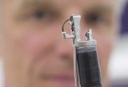 Prof. Albrecht Hoffmeister zeigt das neue Gerät. Foto: Stefan Straube/UKL