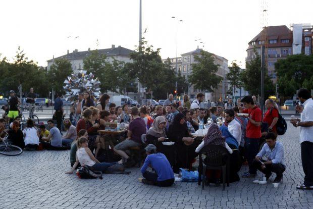 Mal eine andere Art, etwas Gutes im Protest zu tun. Während LEGIDA hetzt wird auf dem Richard-Wagner-Platz gemeinsam gegessen. Foto: L-IZ.de