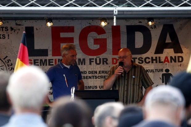 Ist das eigentlich eine Verkaufsveranstaltung mit der Angst? Waffenhändler (Softair und Schreckschuss) Ed aus Holland, Edwin Wagensveld (links) bei Legida auf der Bühne. Foto: L-IZ.de