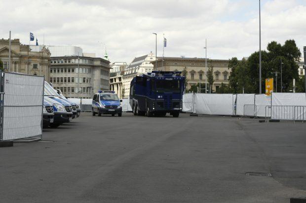Wasserwerfer vor Ort, die Polizei ist heute in der Überzahl. Foto: L-IZ.de