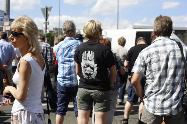 15:40 Uhr: Zumindest ein paar Angereiste dabei. Patrioten aus Berlin bei Legida gesichtet. Foto: L-IZ.de
