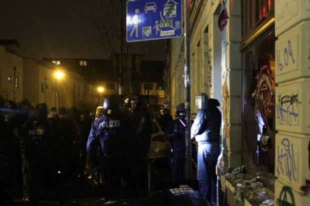 """Kurz vor 23 Uhr am 11. Januar 2016: Die Polizei kann einen großen Teil der rechten Randalierer stellen, wie hier am zerstörten """"Konig Heinz"""". Foto: L-IZ.de"""