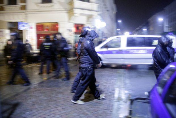 Die Randalierer werden einzeln abgeführt. Foto: L-IZ.de