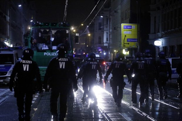 Hinzukommende Personen aus dem Viertel lassen den Polizeieinsatz weiter eskalieren. Foto: L-IZ.de