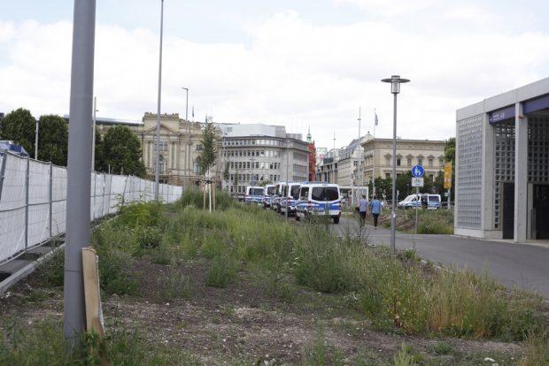 Sperrungen auf dem Gelände Wilhelm Leuschner Platz, als obs zum Public Viewing gehen würde. Foto: L-IZ.de