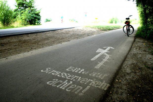 In deutschen Gegenden so selten: Ein schönes Bitte auf dem Asphalt. Foto: Ralf Julke