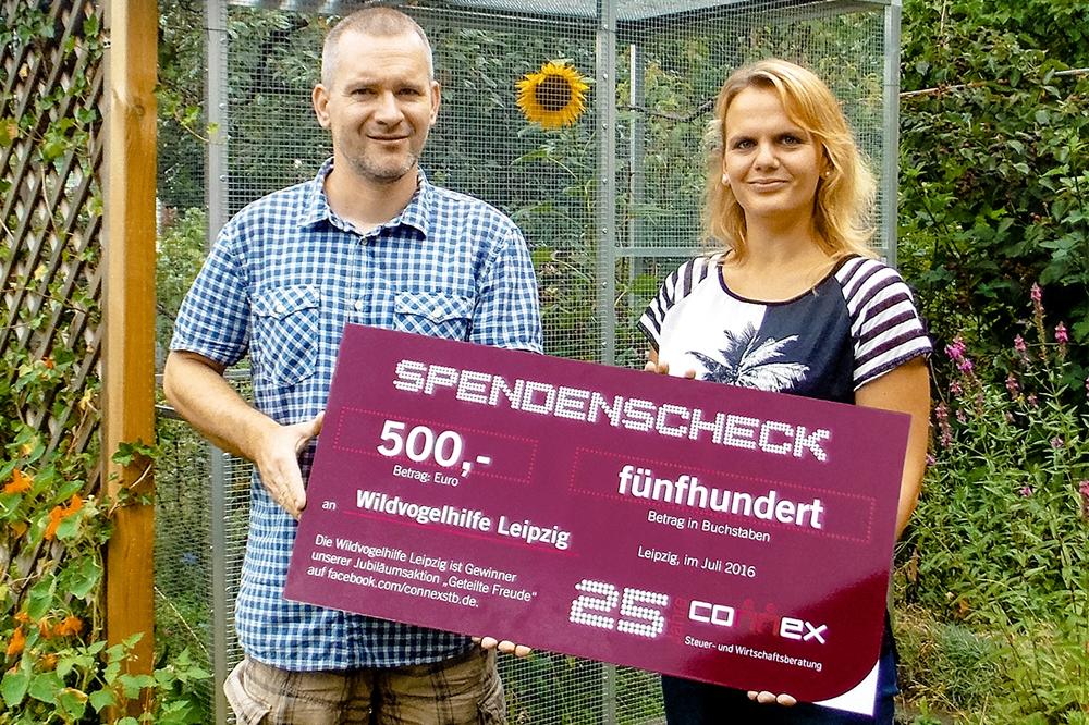 Die Wildvogelhilfe Leipzig freut sich, unter den Gewinnern der Jubiläumsaktion von Connex zu sein. Karsten Peterlein, Wildvogelhilfe Leipzig und Susann Richter, Connex. Quelle: Connex