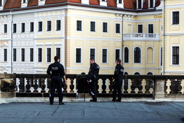 Das Taschenbergpalais in Dresden unter Bewachung. Foto: Mirko Boll