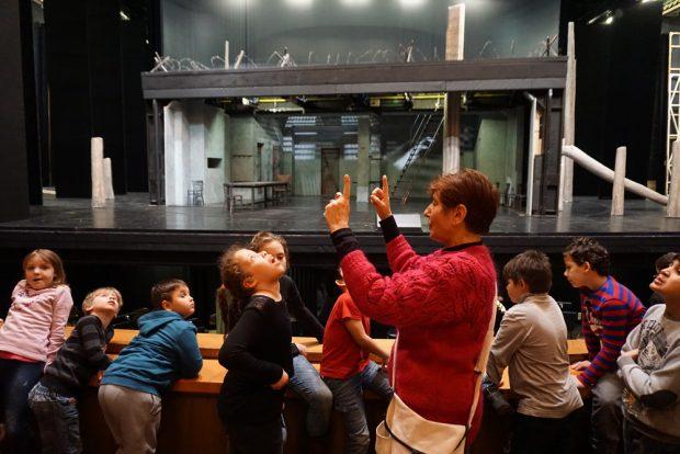 Heidi Zippel von der Oper Leipzig führt Die Wunderfinder durch das Haus. Foto: Stiftung Bürger für Leipzig
