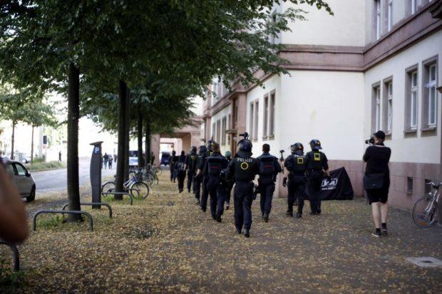 Ein Gegenprotestler wird nach einer Rangelei mit der Polizei abgeführt. Foto: L-IZ.de