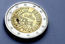 """2015 extra für den fleißigen Steuerzahler gepresst: der Sonder-Euro """"Wir sind das Volk"""". Foto: Ralf Julke"""