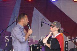 Finanzbürgermeister Torsten Bonew (CDU) und Anmelderin Susanne Hampe. Foto: Alexander Böhm