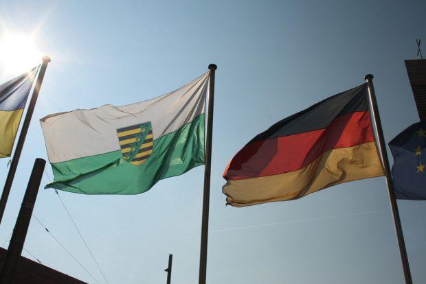 Flaggen vorm Neuen Rathaus. Foto: Ralf Julke
