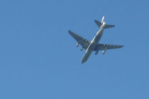 Damit es schneller geht, werden auch immer öfter Flugzeuge direkt übers Stadtgebiet geschickt. Foto: Ralf Julke