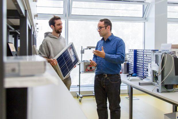 """Stiftungsprofessor Jens Schneider (rechts) und Mitarbeiter Julian Hofbauer entwickeln im Projekt """"FuzzySun"""" eine LED-Lichtquelle, die das Sonnenspektrum hochexakt nachbildet und die Photovoltaik-Forschung voranbringen soll. Foto: Rebecca Schweier/HTWK Leipzig"""