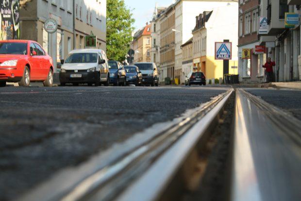 Für Falschparker einfach zu schmal: die Georg-Schwarz-Straße. Foto: Ralf Julke