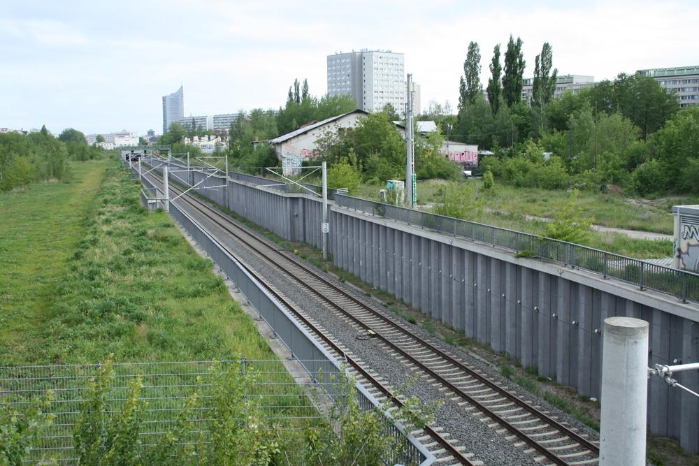 Könnte zuerst bebaut werden: das Gelände östlich der S-Bahn. Foto: Ralf Julke