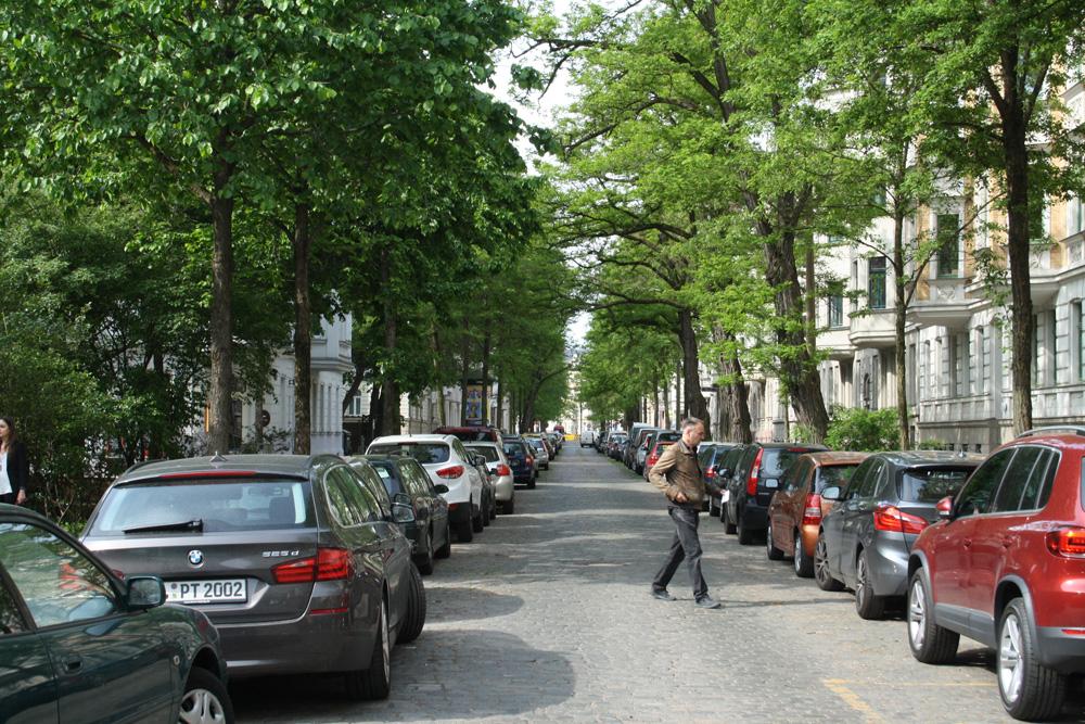 Auch tagsüber komplett zugeparkt. Die Holbeinstraße in Schleußig. Foto: Ralf Julke
