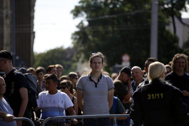 Trotz massiver Hetzkampagne, Schmierereien an seiner Kanzlei und dem Banner an der Brücke: Jürgen Kasek beteiligte sich heute auch am Gegenprotest. Foto: L-IZ.de