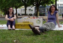 Sandy und Julia von dem Projekt Die Kunst-Koffer kommen (Mühlstraße 14 e.V.). Foto: M. Kahle