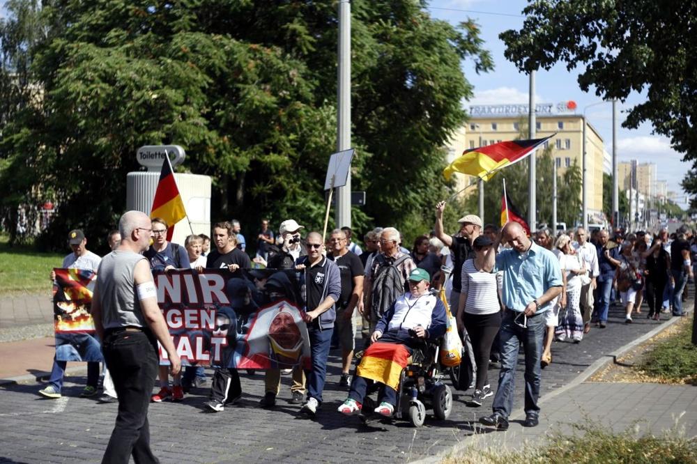 Legida heute mit sehr kleiner Runde und Beteiligung quer übern Leuschnerplatz. Foto: L-IZ.de