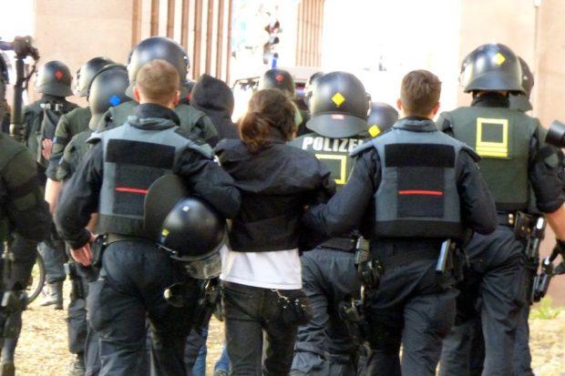 Letztlich entspannt vom Geschehen weggeführt. Eine Gruppe von ca. 10 Personen hatte versucht, die Strecke von Legida zu erreichen. Foto: L-IZ.de