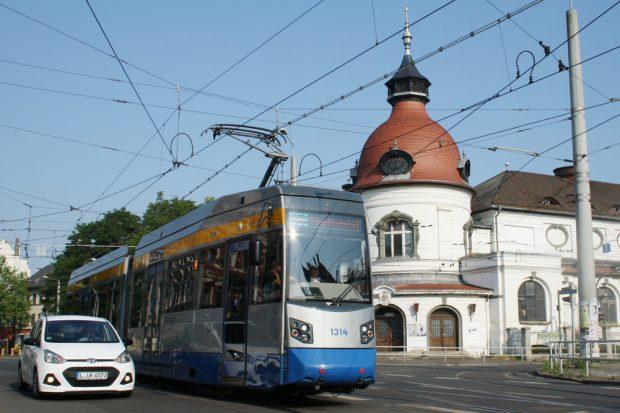 Straßenbahn der Linie 14 am Felsenkeller. Foto: Ralf Julke