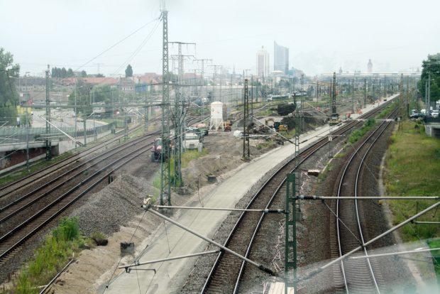 Das Baufeld für das erste neue Gleis ist freigemacht. Foto: Ralf Julke