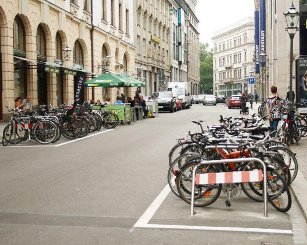Fahrradbügel auf dem Neumarkt. Foto: Ralf Julke