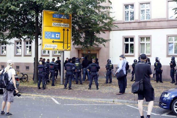 Rangeleien mit der Polizei am Rande mit einer Gruppe, welche vom Bayerischen Bahnhof kam und abgedrängt wurde. Foto: L-IZ.de